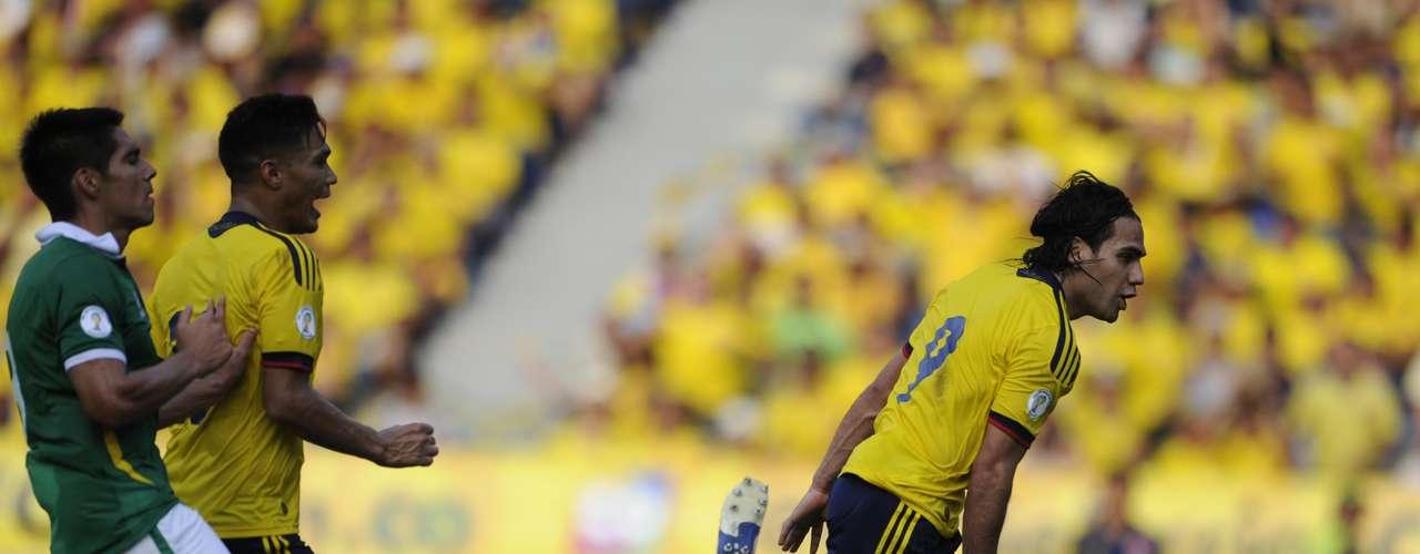 Colombia consiguió el marcador más abultado de la jornada al golear 5-0 a Bolivia en el Estadio Metropolitano de Barranquilla, en el que incluso le fueron anulados dos tantos a los locales, que subieron al segundo lugar de la clasificación sudamericana. El portero más vulnerado hoy fue el boliviano Sergio Galarza, quien había reemplazado al titular Carlos Arias al minuto 47.
