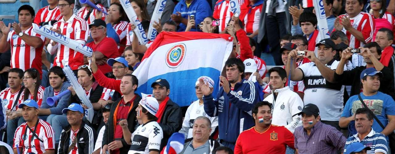 Aunque el partido era Montevideo, los aficionados se tomaron el Centenario e hicieron sentir a su selección como en casa.