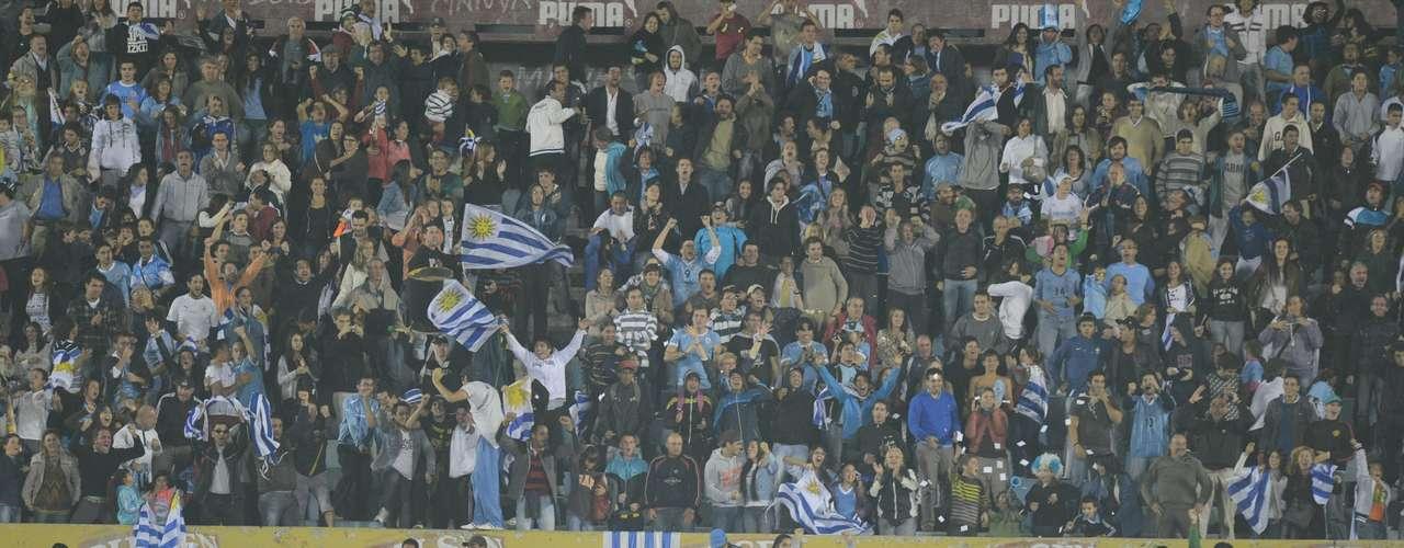 Pero los primeros que celebraron fueron los locales, con el gol de Luis Suárez al minuto 81. Pero la fiesta duró poco, porque cuatro minutos después, Édgar Benítez anotó el empate de los visitantes.