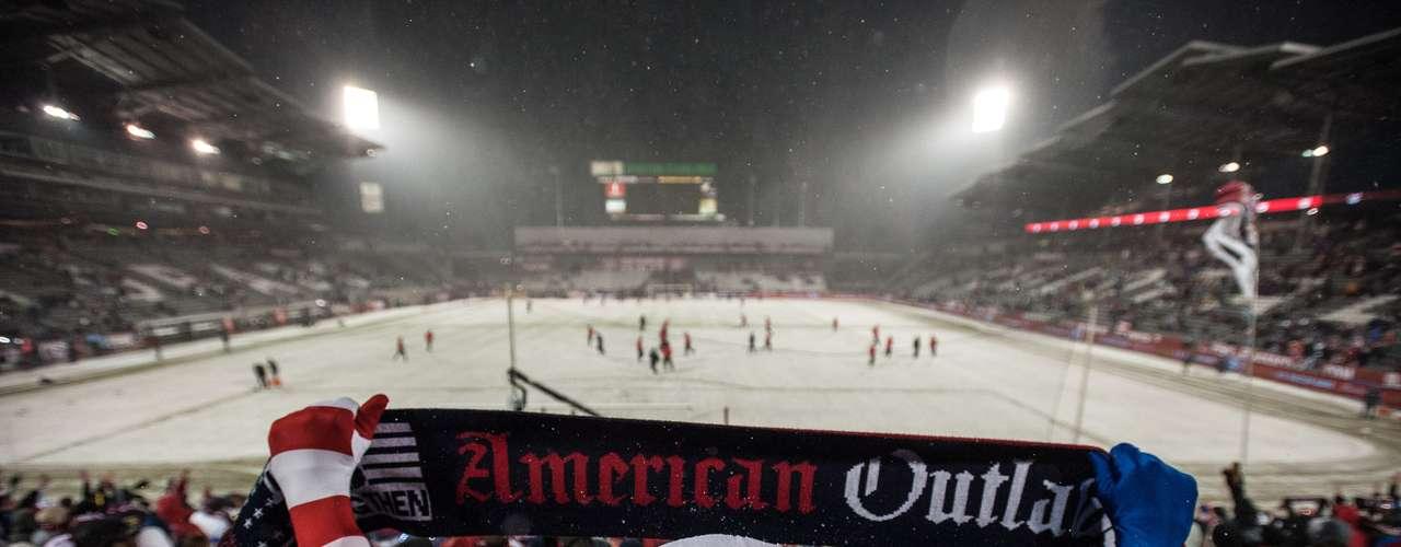 Sin embargo, era evidente que la cancha parecía más una pista de patinaje sobre hielo que un campo de fútbol.
