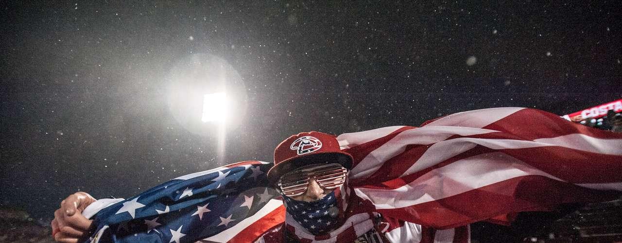 Por otro lado, Estados Unidos logró una memorable victoria 1-0 sobre Costa Rica, bajo una fuerte nevada en el Dick's Sporting Goods Park, en Commerce City. Pese al frío, los aficionados de la selección de las barras y las estrellas siguieron con mucho entusiasmo al equipo.