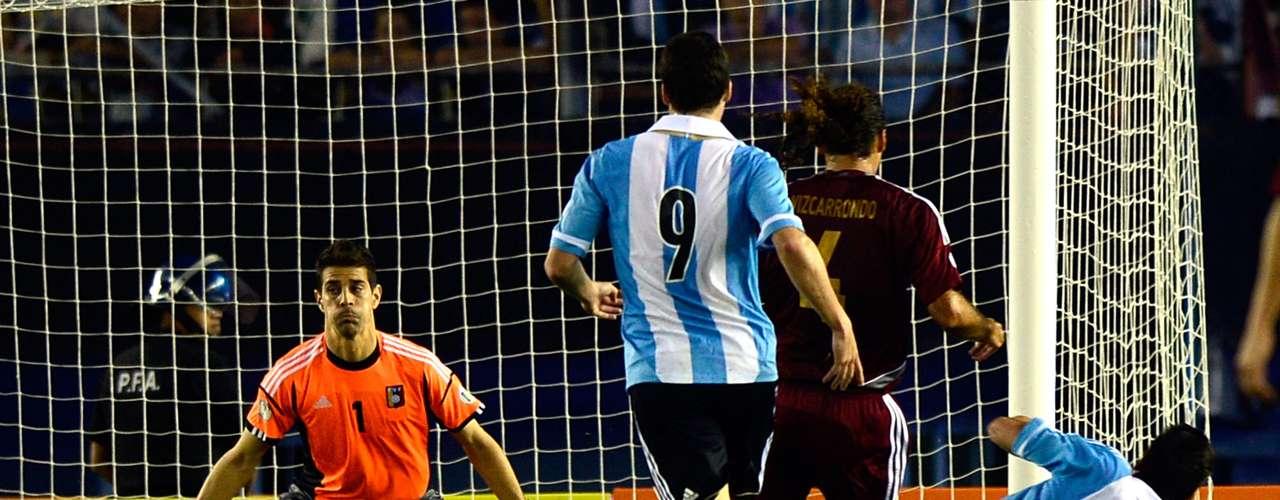 Argentina goleó 3-0 a Venezuela en el Estadio Monumental de River y se consolidó como líder de las eliminatorias sudamericanas. El más perjudicado en el encuentro fue el portero venezolano Daniel Hernández, que fue rival para la genialidad de Lionel Messi y Gonzalo Higuaín.