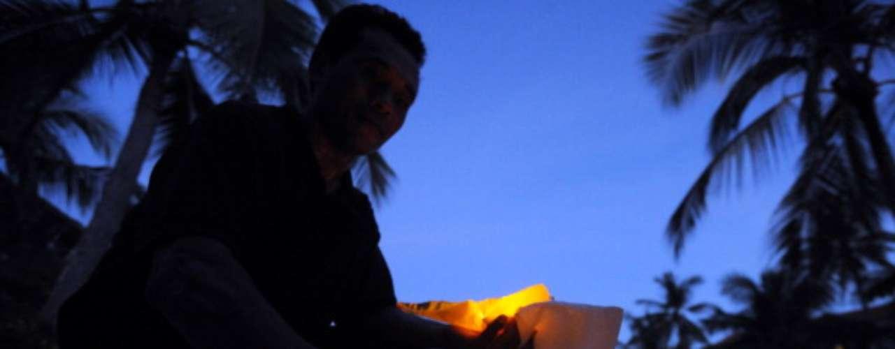 En la isla de Bali, Indonesia, miles de bolsas incandescentes adornaron los más lujosos complejos hoteleros, que se sumaron este sábado a la causa de apagar las luces durante una hora, como parte de la campaña que nació en Australia.