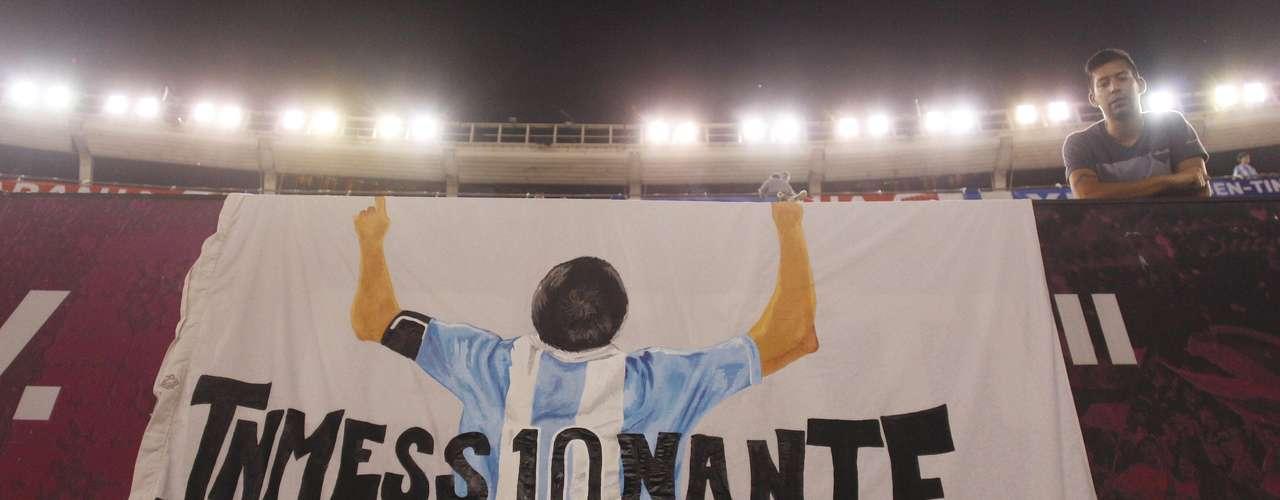 Pero el presidente Chávez no fue el único que recibió honores, pues Messi fue homenajeado por los aficionados y hasta por la AFA, que lo reconoció por llegar a los cien partidos con la albiceleste.