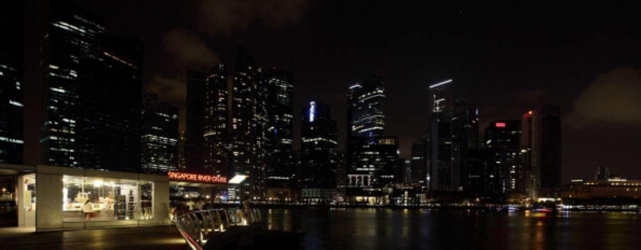 Singapur también se unió a los esfuerzos que realizan los ecologistas de WWF por honrar al ecosistema con una hora de ahorro energético. Miles de personas salieron a las calles a ver como quedaba a oscuras la ciudad y grandes edificios residenciales, comerciales y museos.