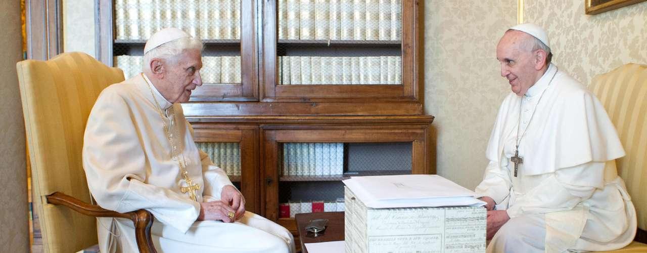 Francisco fue recibido poco después de mediodía personalmente en el helipuerto de Castelgandolfo por Benedicto XVI, quien se retiró en ese lugar a meditar y rezar desde el pasado 28 de febrero, cuando hizo efectiva su renuncia.