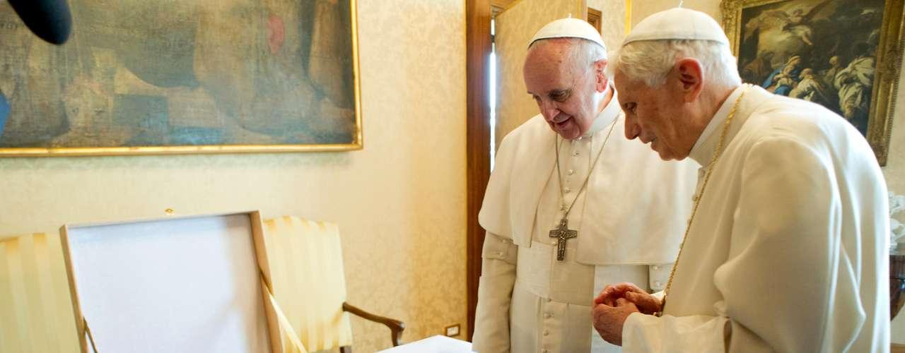Los dos Papas conversaron en privado 45 minutos en la biblioteca privada del palacio apostólico, mientras numerosas personas se congregaban en la pequeña plaza central de Castelgandolfo para aplaudir y clamar los nombres de \