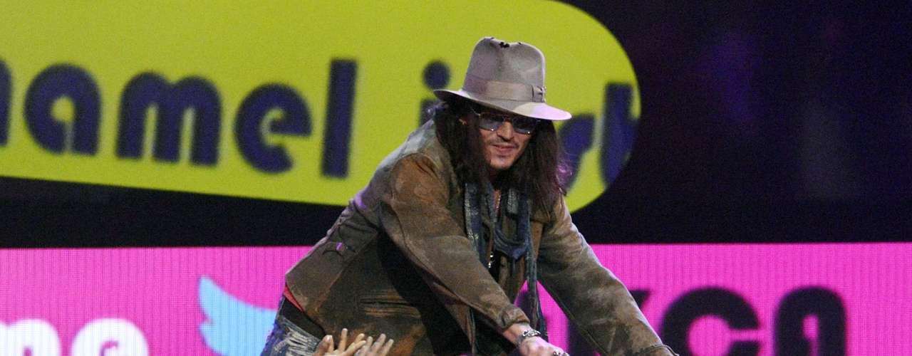Johnny Depp saluda a los fans mientras se acerca a recibir su premio como Actor Favorito del cine