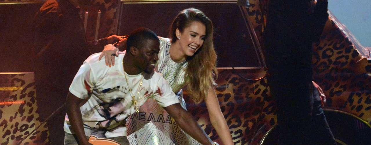 Jessica Alba y Kevin Hart presentaron un premio en los Kids' Choice Awards