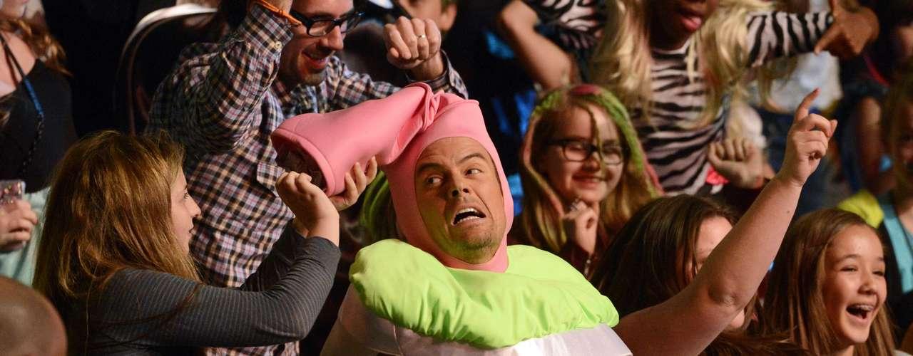 Josh Duhamel se involucró con el público asistente a los Kids' Choice Awards