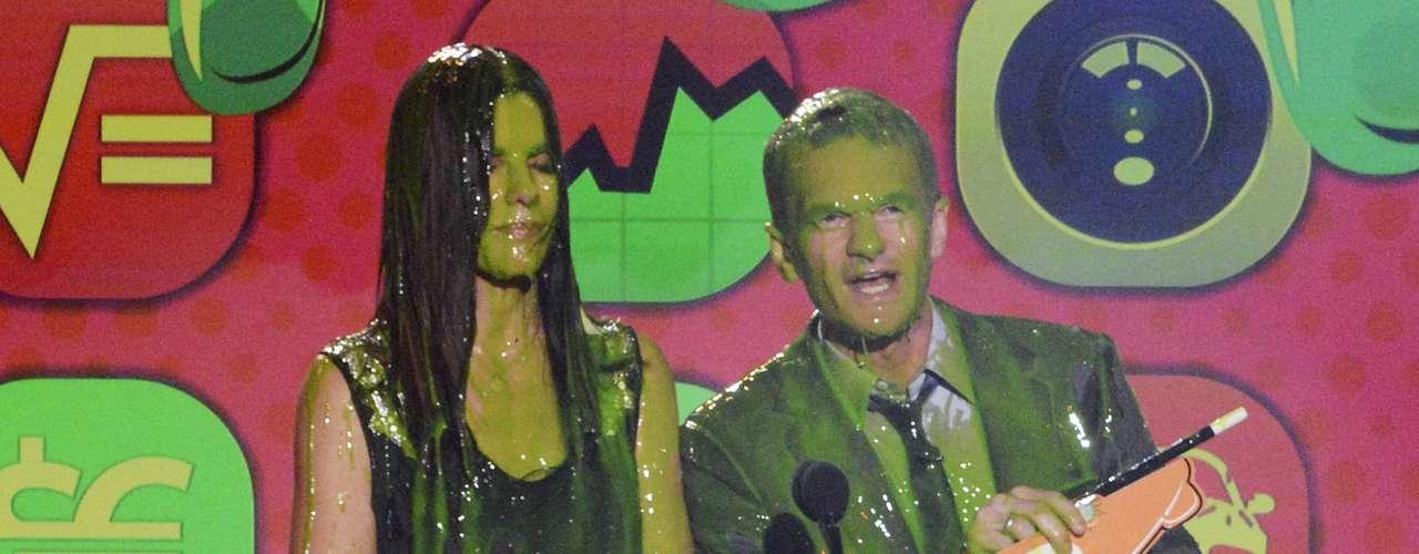Sandra Bullock y Neil Patrick Harris disfrutaron su llucia de slime