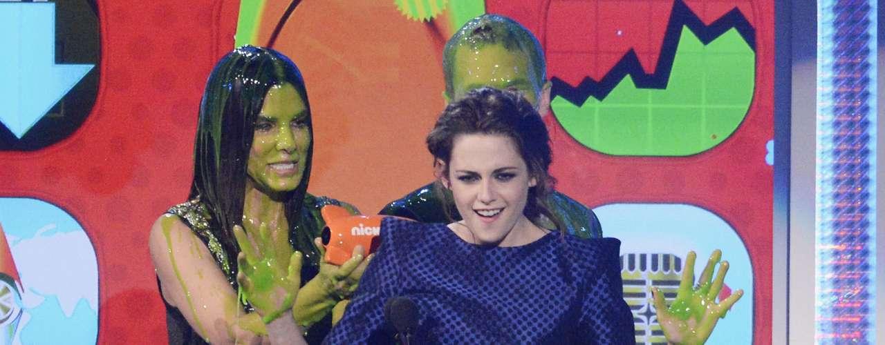 Kristen Stewart no tuvo más remedio que aceptar su premio de las manos llenas de slime deSandra Bullock y Neil Patrick Harris