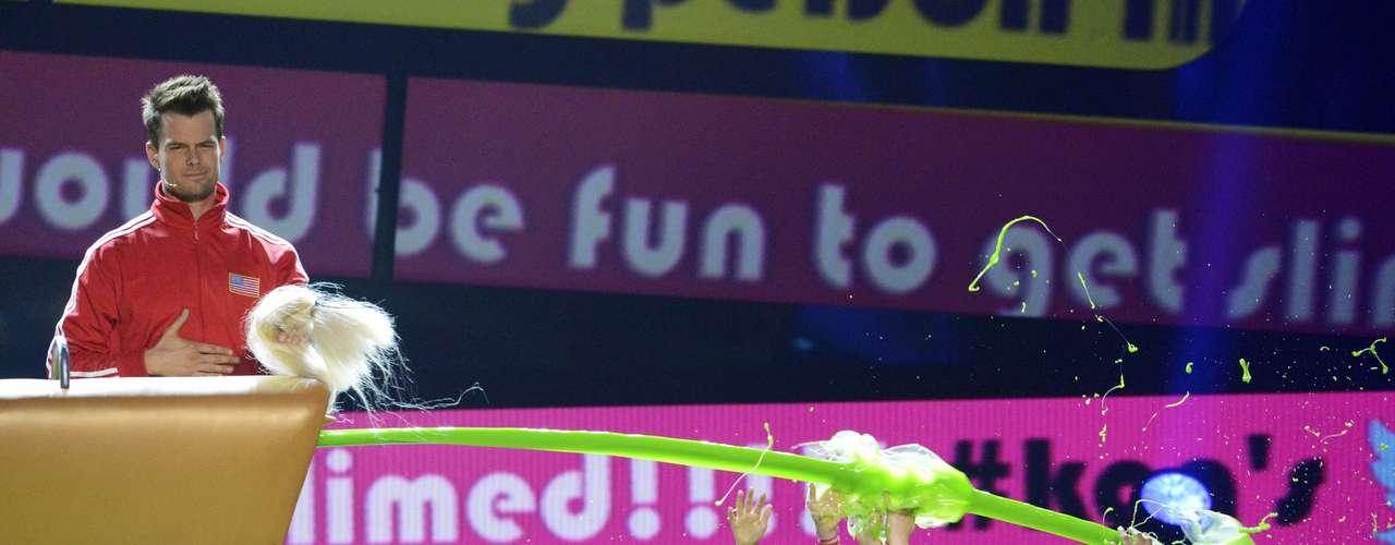 Josh Duhamel juega con los asistentes y los bañó en el viscoso líquido verde