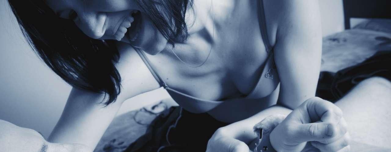 Bondange. Es el arte erótico de inmovilizar o impedir el movimiento de alguien mediante ataduras.  Este acto donde se puede atar o ser atado durante el acto sexual se ha convertido en uno de los juegos sexuales preferidos de las parejas a través de cuerdas, cintas, vendas adhesivas, esposas u otros elementos utilizados para este propósito.