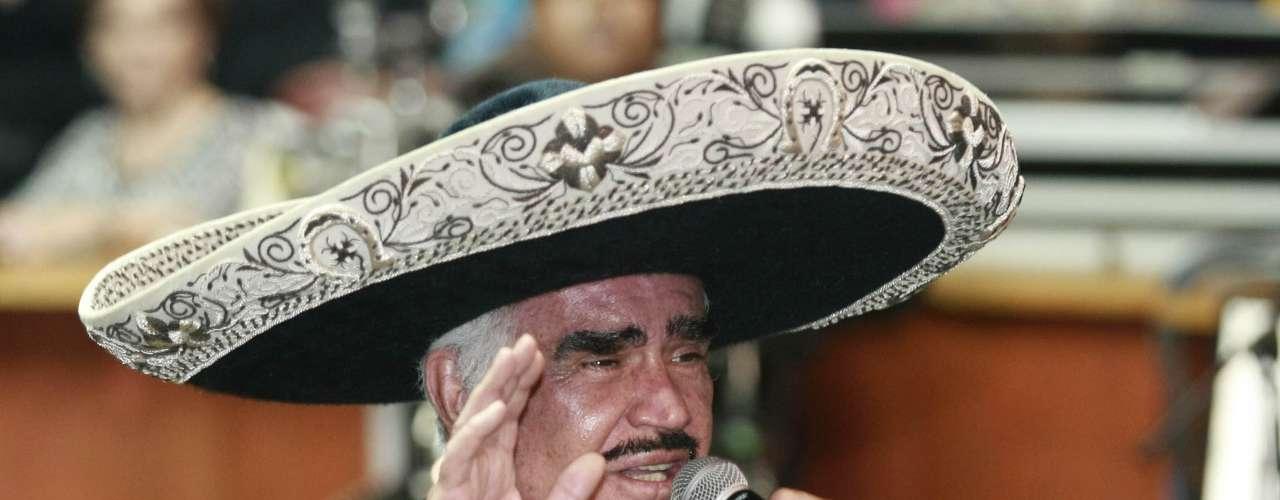 Vicente Fernández cumplió con creces su primera despedida de Los Angeles, pues en un emotivo concierto estremeció a más de 16 mil admiradores en el emblemático Staples Center. De forma incondicional sus fans se le entregaron y reconocieron al vendedor de más de 60 millones de álbumes en su carrera de 47 años.