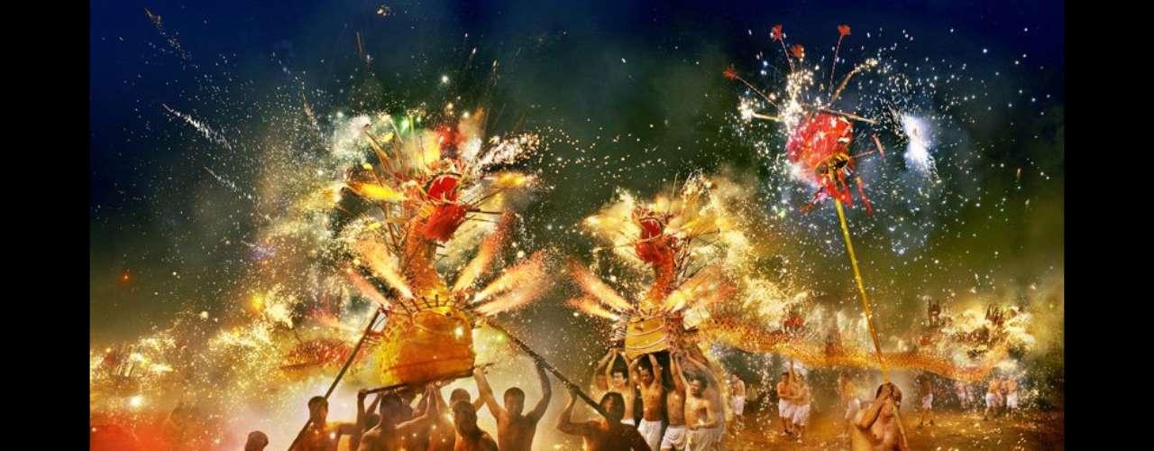 Esta instantánea de Gilbert Yu del dragón de fuego Fen Shui en China resultó ganadora en la sección de arte y cultura.