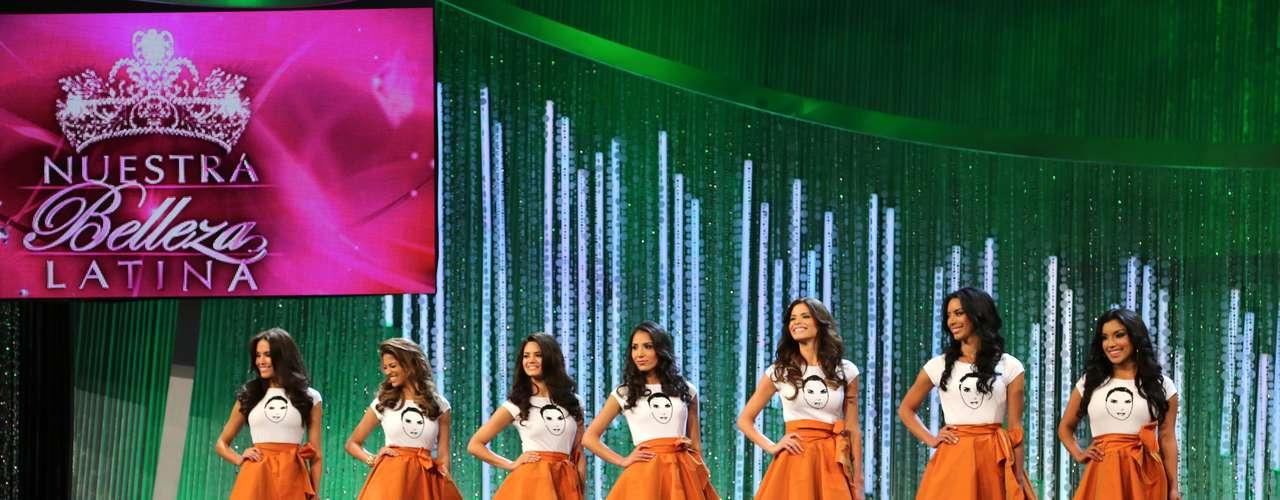 Las ocho chicas de cada uno de los grupos, tuvo un color para su presentación: las de Lupita Jones vistieron faldas color naranja, mientas las Julián Gil lucieron faldas en color verde y las concursantes de Osmel Sousa vistieron de morado.