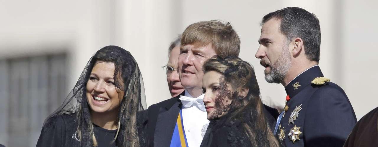 Doña Letizia llevó un abrigo negro con un toque informal.