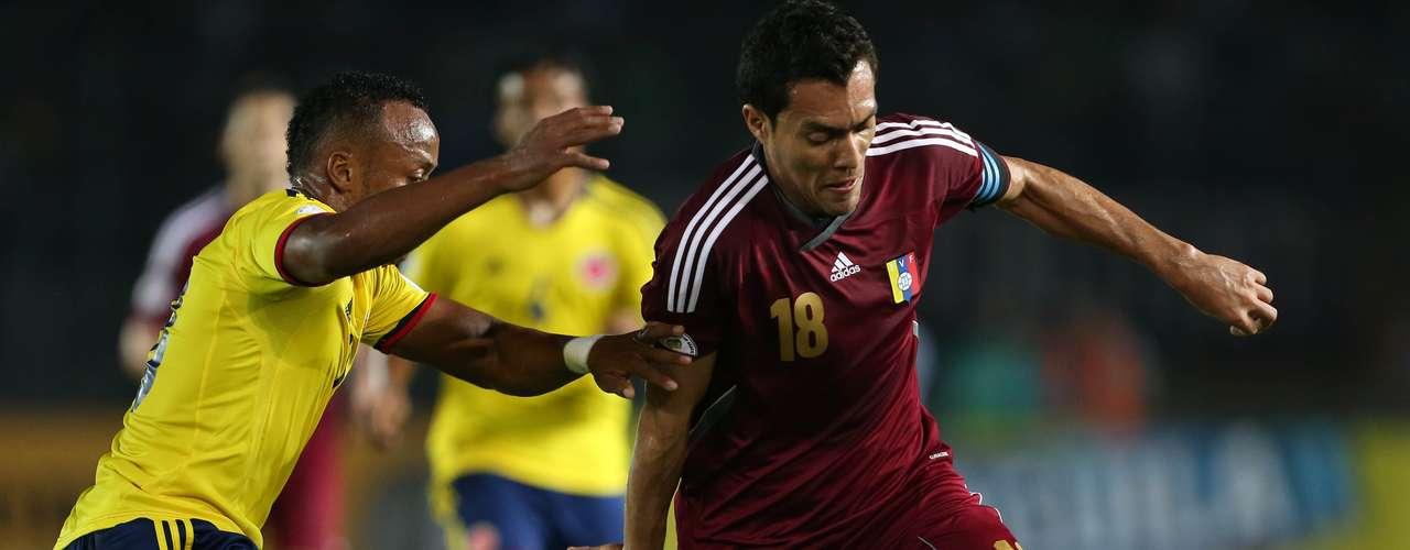 Colombia en el segundo tiempo intentó cambiar, pero Venezuela se paró bien en defensa y contragolpeó con peligro.