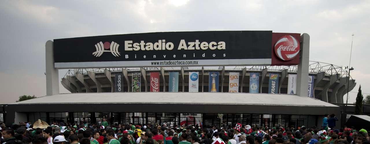 Antes del juego, cientos de fanáticos abarrotaron las entradas del Azteca para acompañar al Tri, incluso sin importar que las puertas estuviesen cerradas.