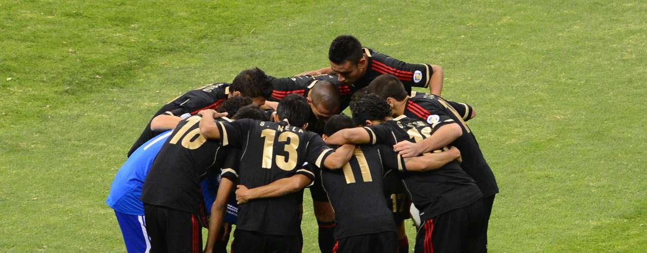 Antes del partido, los jugadores de México no dudaron en mostrar su unión ante los aficionados, por lo que se reunieron en la cancha para aumentar la moral del equipo.