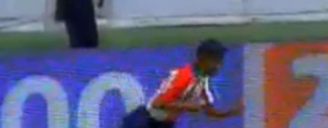 Era la fecha 17 del Apertura 2003 y Chivas vencía 2-1 a América de nueva cuenta en el Estadio Azteca. En los minutos finales, los jugadores del Rebaño intentaban perder tiempo, por ello Alonso Sandoval tomó el balón pegado a la banda izquierda, empezó a hacer 'bicicletas' y querer gambetear, pero fue recibido con una patada al tobillo por parte de José Antonio Castro. A pesar de los empujones e insultos todo fue sofocado, aunque se recuerda a Cuauhtémoc Blanco haciéndole un amague de patada a Johnny García.