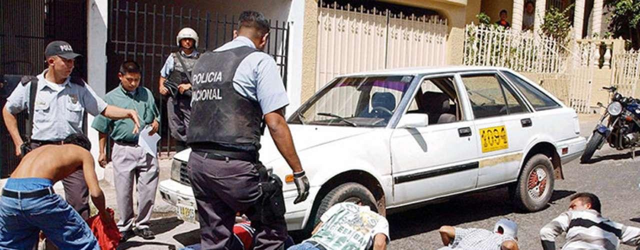 Situación que se mantiene a lo largo de todo Honduras, pues mantiene la tasa de homicidios más alta del mundo, con 85,5 asesinatos por cada 100.000 habitantes, pese a la política de seguridad del gobierno de Porfirio Lobo, que incluye el envío de militares a patrullar las calles, advirtieron este miércoles expertos en violencia.