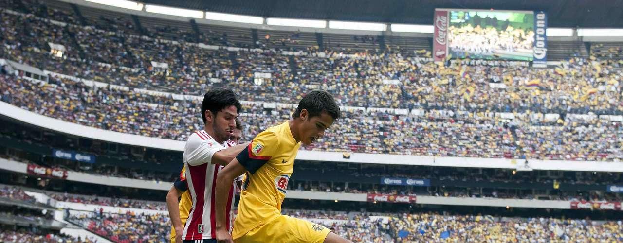 En el Apertura 2012, Chivas derrotó 3-1 al América en el estadio Azteca. Marco Fabián abrió el marcador al 35, y cinco minutos después empató el Negro Medina. El Rebaño se fue de nueva cuenta al frente con un autogol de Diego Reyes y Rafael Márquez selló la victoria rojiblanca.