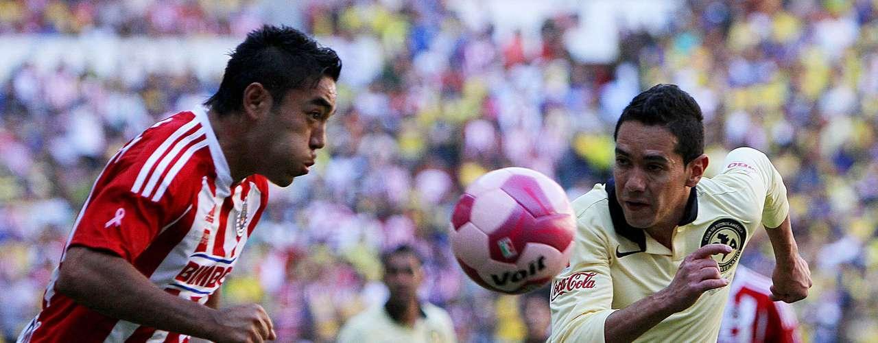 En el Apertura 2011, Chivas derrotó 3-1 al América en el Azteca, con goles de Antonio Gallardo, Marco Fabián y Erick Torres; Christian Benítez había empatado el partido para las Águilas. Todos los goles cayeron en los primeros 20 minutos del partido.