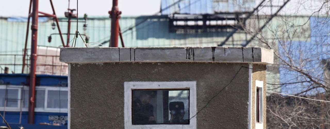 Desde sus garitas y mediante prismáticos, los soldados norcoreanos en Sinuiju vigilan la frontera natural que supone el río.