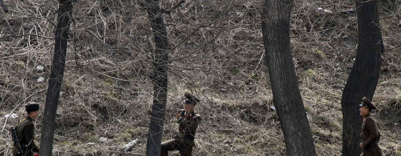 Soldados juegando ala orilla del río Yalu, que hace las veces de frontera a lo largo de cientos de kilómetros entre China y ambas coreas.