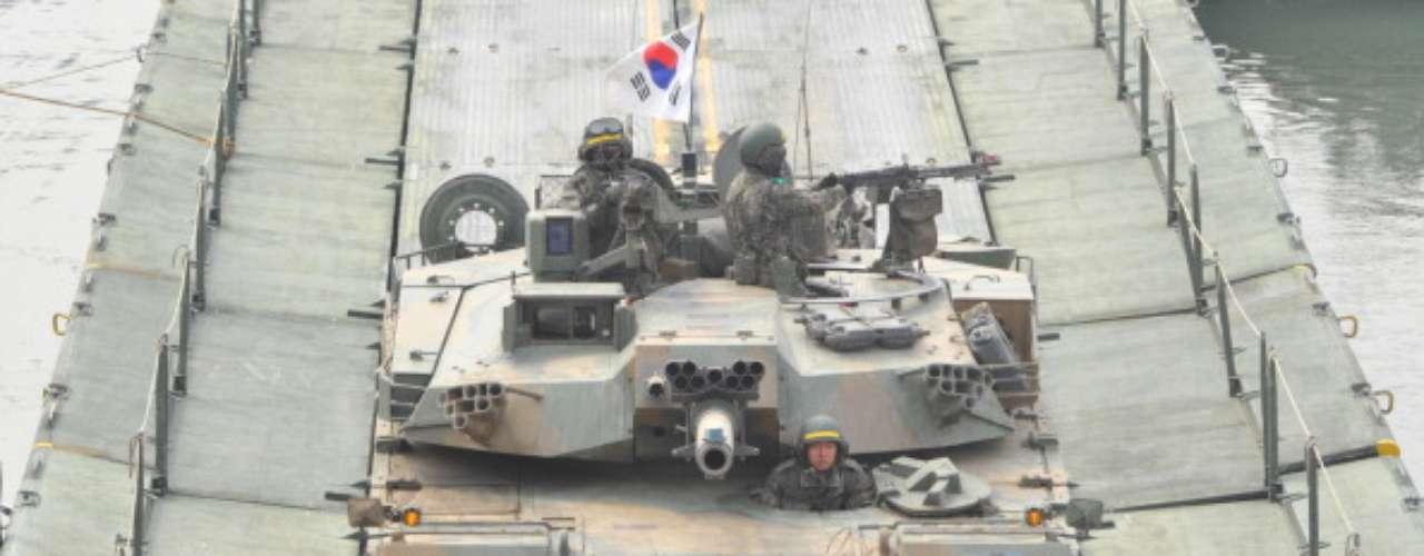 """La tensión aumenta entre las naciones asiáticas que robaron la atención el fin de semana ante un inminente ataquebélico.Corea del Norte advirtió que de estallar eseescenario con su vecino del sur, provocado por Estados Unidos """"y sus títeres de Corea del Sur"""", no se limitará a una guerra local sino que será una nuclear y total."""