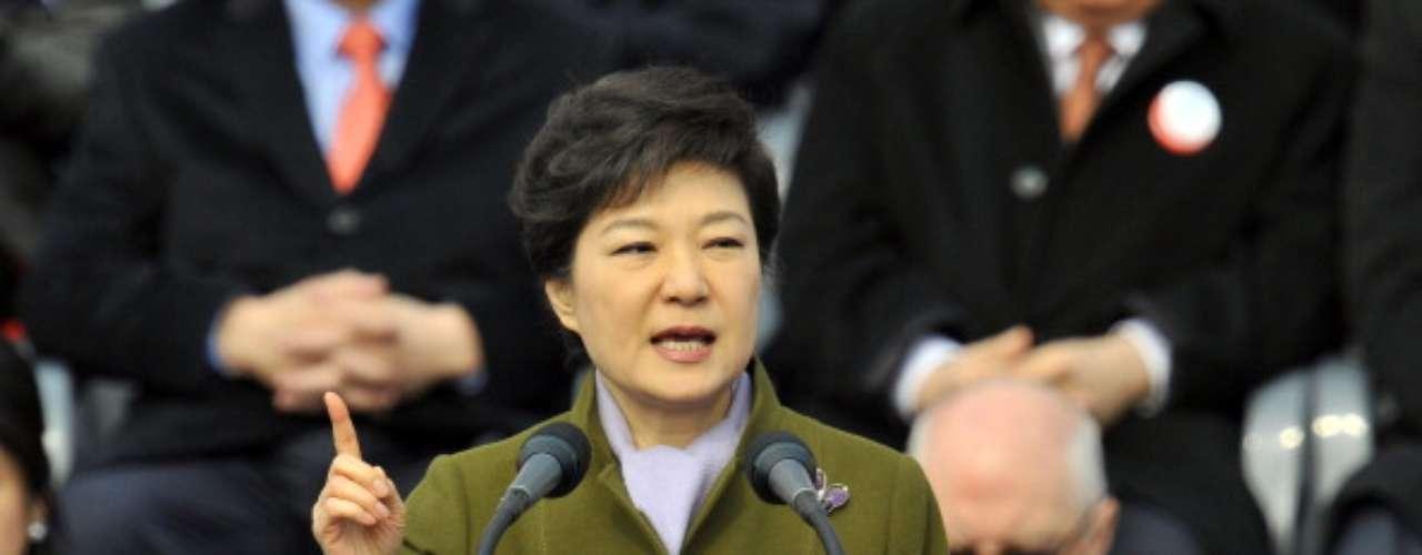 """La presidenta de Corea del Sur, Park Geun-hye, ordenó hoy a su Ejército """"responder con fuerza"""" sin tener en cuenta"""" consideraciones políticassi se produce un ataque de Corea del Norte, después de que el pasado 30 de marzo, ese país declarara el """"estado de guerra"""" contra el Sur."""