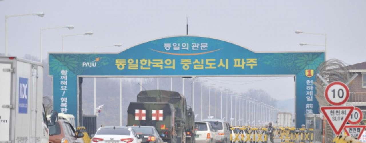 Este lunesse empezó a notarmás movimiento en el paso fronterizo entre Corea del Norte y Corea del Sur, luego de dos días de tensa calma, donde amenazas y un fuerte calibre nuclear protagonizaron el menú noticioso de los países asiáticos y el mundo.