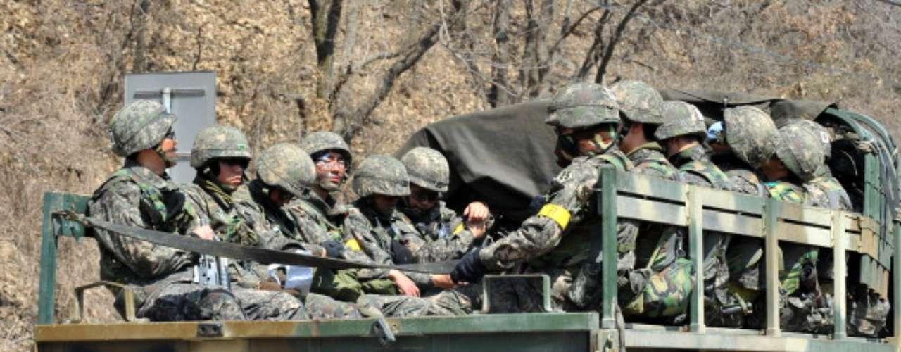 En la actualidad Estados Unidos mantiene 28.500 efectivos en Corea del Sur y se compromete a defender a su aliado en caso de ataque del Norte, que continúa amenazando y ha mostrado, días atrás, el arsenal nuclear que custodia.