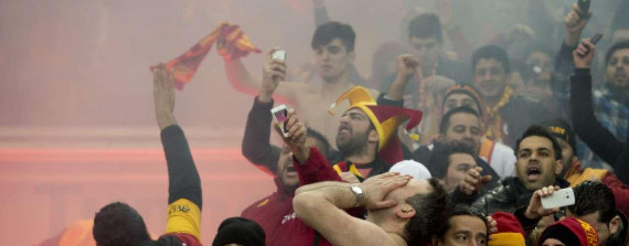 Sufren y viven el partido como si ellos estuvieran jugando, son un verdadero espectáculo en el estadio.
