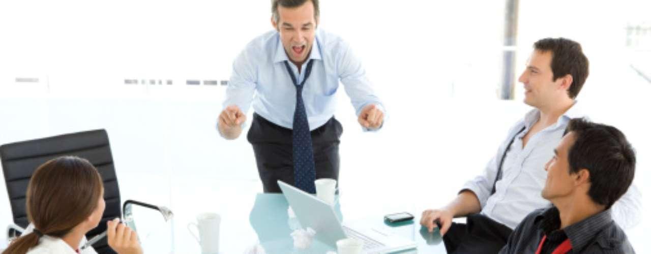Viven disputando con otros el éxito, el poder, el dinero, y resienten el tiempo que tienen que pasar con su mujer y su familia, cuando es tiempo -piensan- que podrían estar en su oficina persiguiendo sus fines personales. Estos hombres se alejan por lo general sólo emocionalmente.