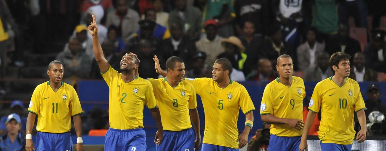 Brasil es uno de los cinco campeones que ha tenido la Copa Confederaciones a los largo de su historia, el cuadro amazónico también es el único tricampeón del torneo, su último título vino gracias a un triunfo cerrado 3-2 ante Estados Unidos en Sudáfrica 2009.