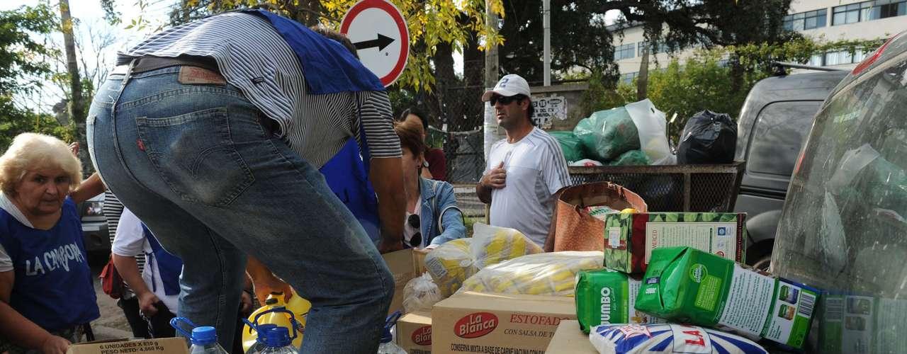 Desde Mendoza, el gobierno provincial despachó este jueves cuatro camiones cargados con agua, colchones, abrigo y alimentos y otro solo con frutas y verduras con destino al depósito de Desarrollo Social en La Plata.