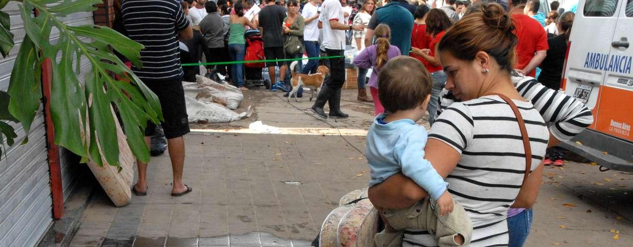 En La Plata, el Ejército de Salvación y el Banco de Alimentos se asociaron para brindar asistencia, especialmente en el barrio de Villa Elvira, en la calle 93, número 981, donde ofrecieron refugio a cien personas y comida a 200.