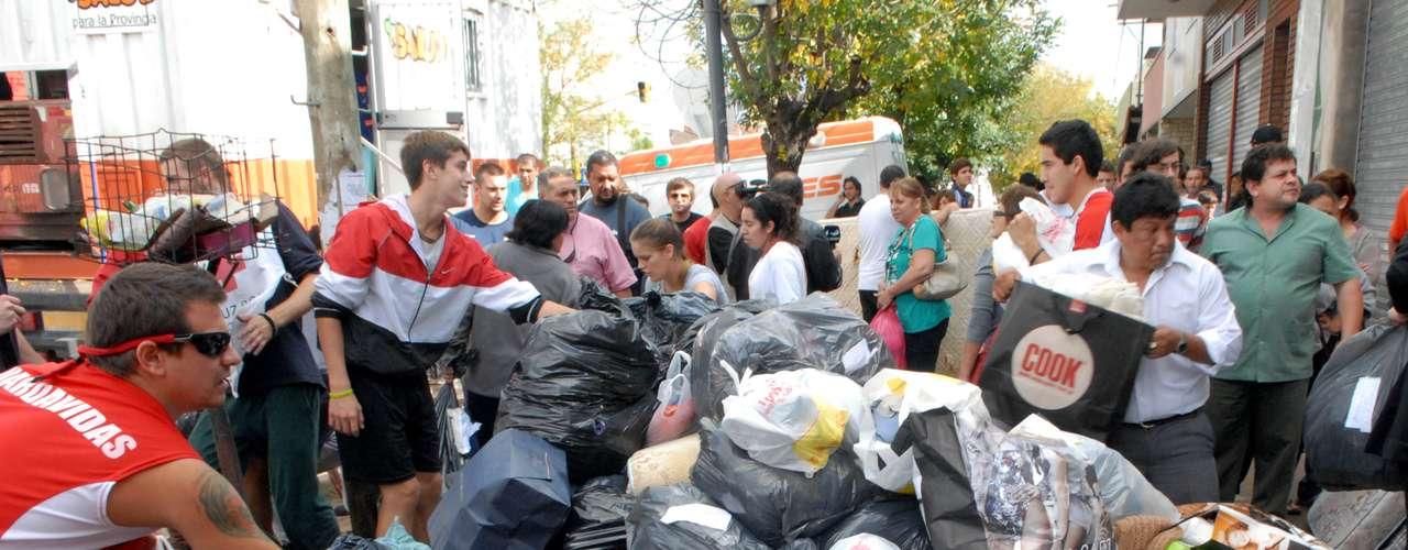 Este jueves, distribuyeron además cuatro toneladas de comestibles y agua entre los vecinos. El Ejército de Salvación recibe artículos usados a través de los teléfonos (011) 4911-7585 y (0221) 483-6152.