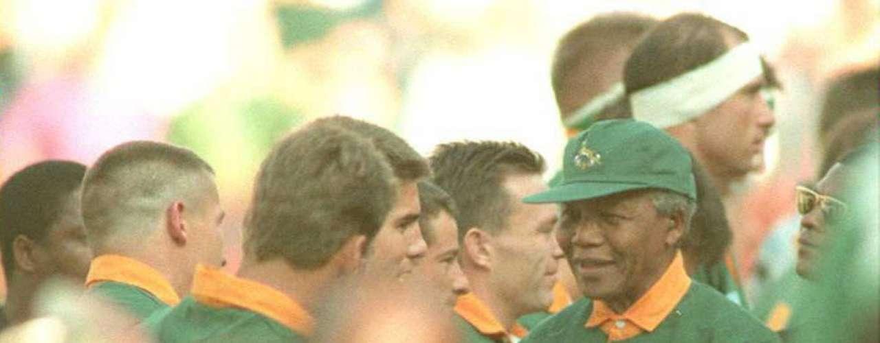 7. Mundial de Rugby 1995: La victoria de Sudáfrica, país anfitrión, en la Copa Mundial de Rugby ayudó a impulsar el mensaje de hermandad de Mandela.