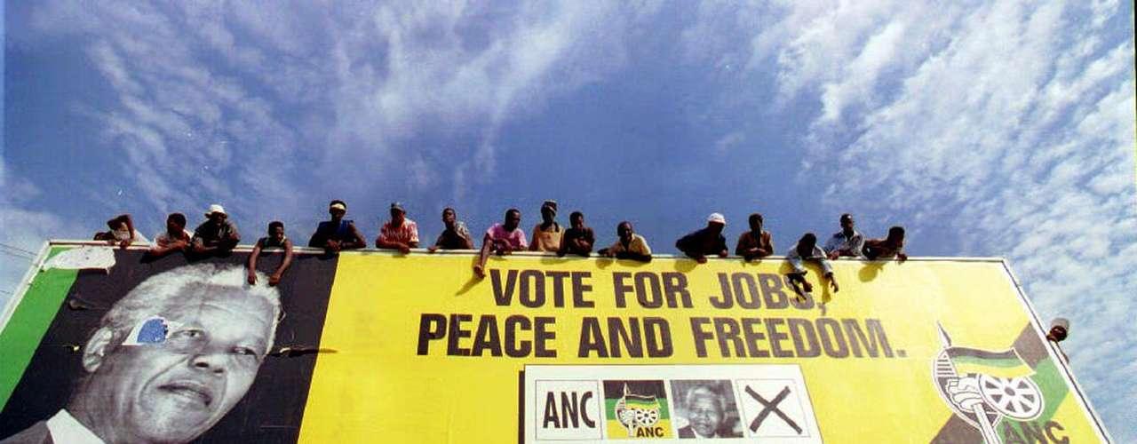 6. Voto histórico: Sudáfrica celebró sus primeras elecciones multirraciales el 27 de abril de 1994, una fecha histórica, conocida como Día de la Libertad. Hasta esa fecha, sólo los blancos podían votar.