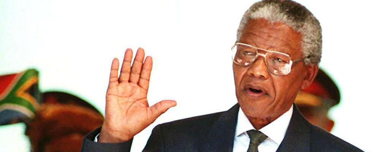 Mandela juró como presidente de Sudáfrica el 10 de mayo de 1994 bajo la euforia de la población.