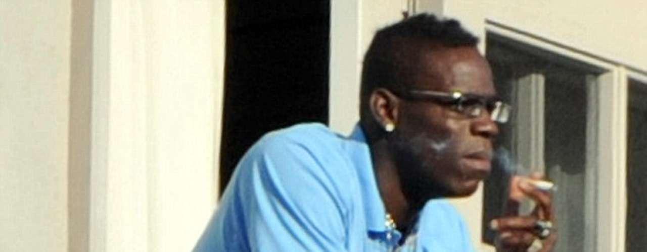 Balotelli ha vivido una vida desordenada fuera de las canchas, y ha sido captado en más de una ocasión fumando y de fiesta. En esta ocasión, su equipo viajaba a Florencia para enfrentar a Fiorentina, y fue descubierto fumando en un baño del tren donde viajaban.