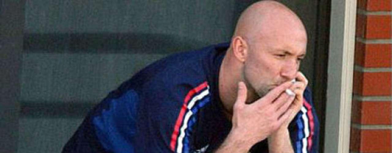 El ex portero Fabien Barthez, uno de los mejores guardametas que ha dado Francia, es otro conocido por su gusto por el cigarrillo, y hasta fue captado fumando mientras estaba concentrado con la selección gala en el Mundial de Alemania 2006.