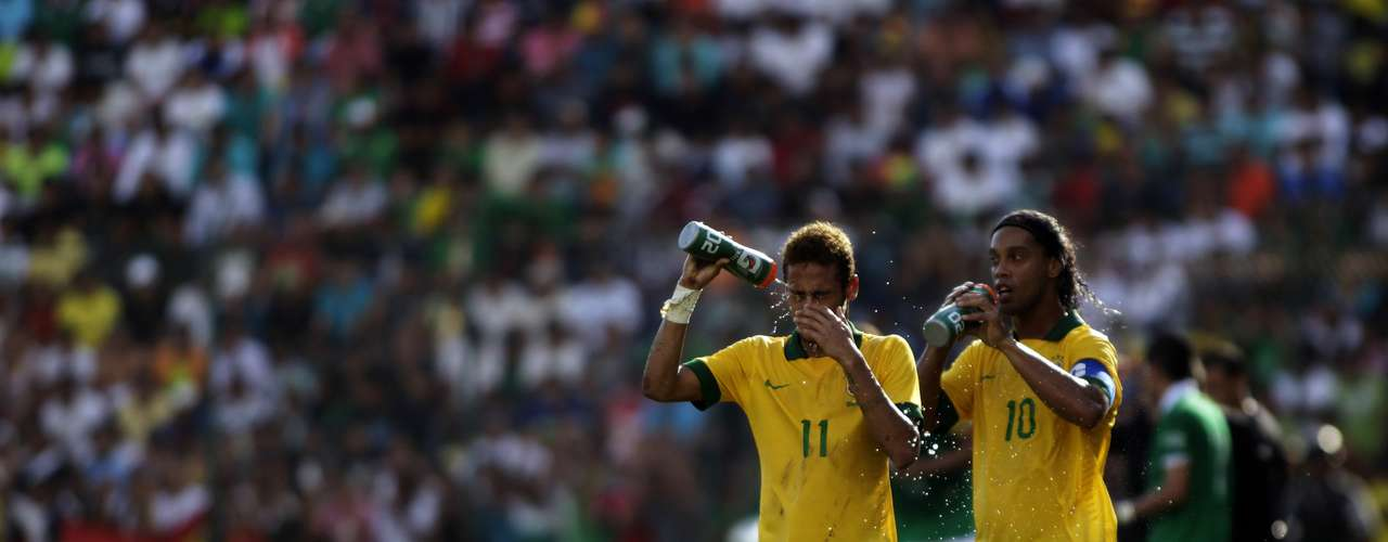 Neymar (L) and Ronaldinho of Brazil drink from their bottles during a international friendly soccer match against Bolivia. The two contributed in the Brazilian goals.