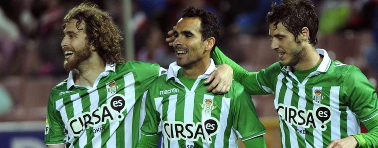 Betis abrió la jornada vapuleando 5-1 al Granada en Los Cármenes.