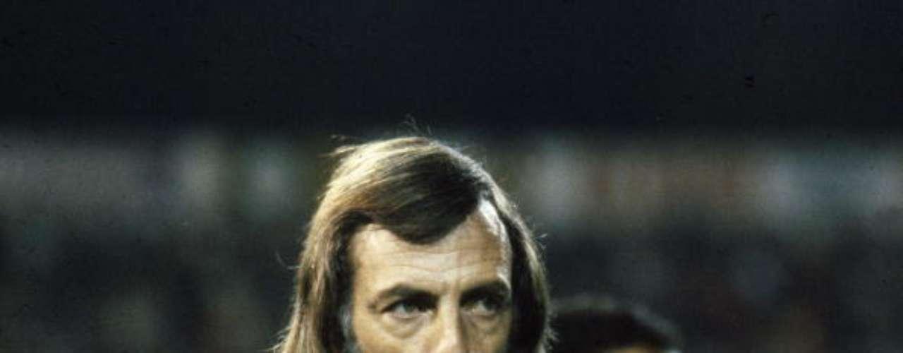El argentino César Luis Menotti, técnico campeón del mundo en 1978, estuvo internado por grave afección pulmonar producida por su conocida adicción al cigarrillo.