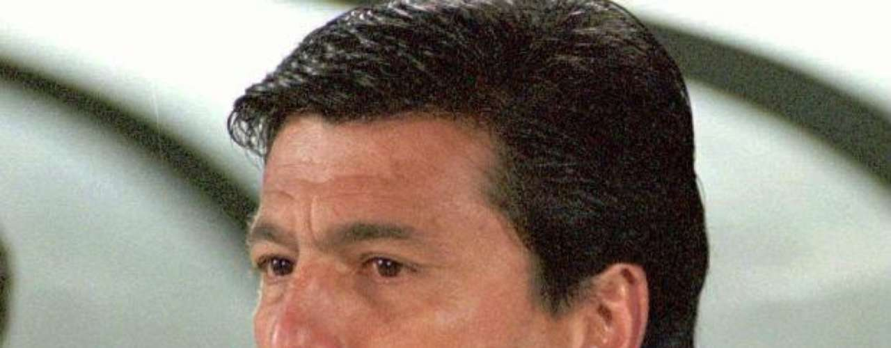 El argentino Daniel Passarella siempre dirigía con el cigarrillo en la mano en el banco de River y la Selección.